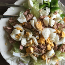 Tonijnsalade met ei en pijnboompitjes